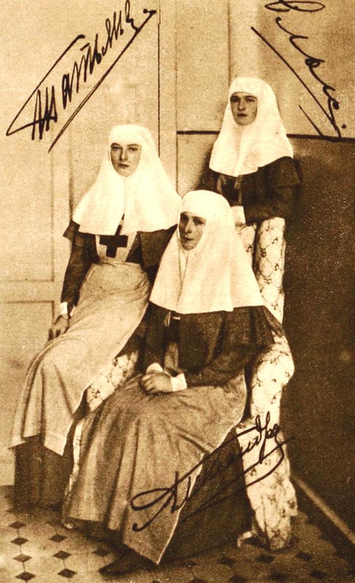Александра, Ольга и Татьяна в форме сестер милосердия.