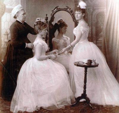 Александра с сестрой Елизаветой перед свадьбой.