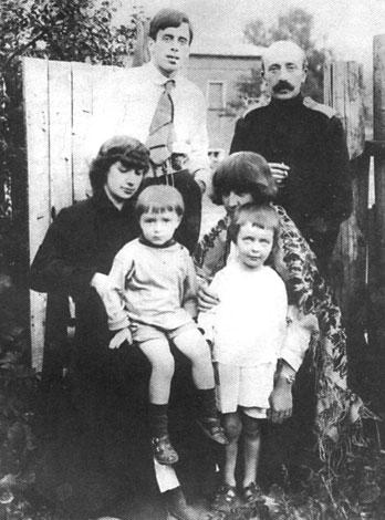 Анастасия с Андреем, Марина с Алей и Сергей Эфрон с Минцем на заднем плане. 1916.