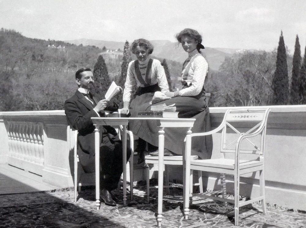 Великие княжны Ольга и Татьяна с Пьером Жильяром