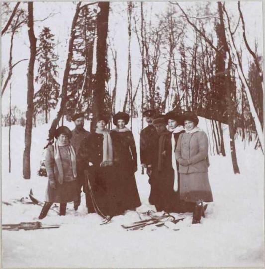 Слева направо: Анастасия, Николай Александрович, Ольга Александровна, Татьяна, двое неопознанных лиц, Ольга, Мария.