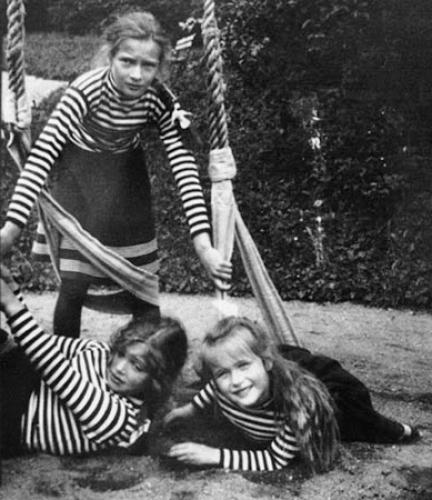 Татьяна с сёстрами Анастасией и Ольгой на прогулке.