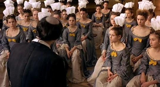 """Воспитанницы пансиона. Кадр из фильма """"Дочери короля"""" (Saint-Cyr, 2000)."""