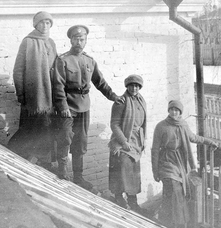Ольга, Николай, Анастасия и Татьяна зимой 1917 года в Тобольске
