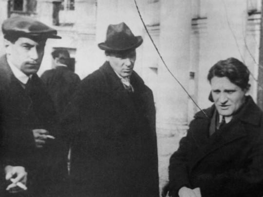 Валентин Катаев, Михаил Булгаков и Юрий Олеша на похоронах Маяковского десятью годами раньше, 17 апреля 1930.