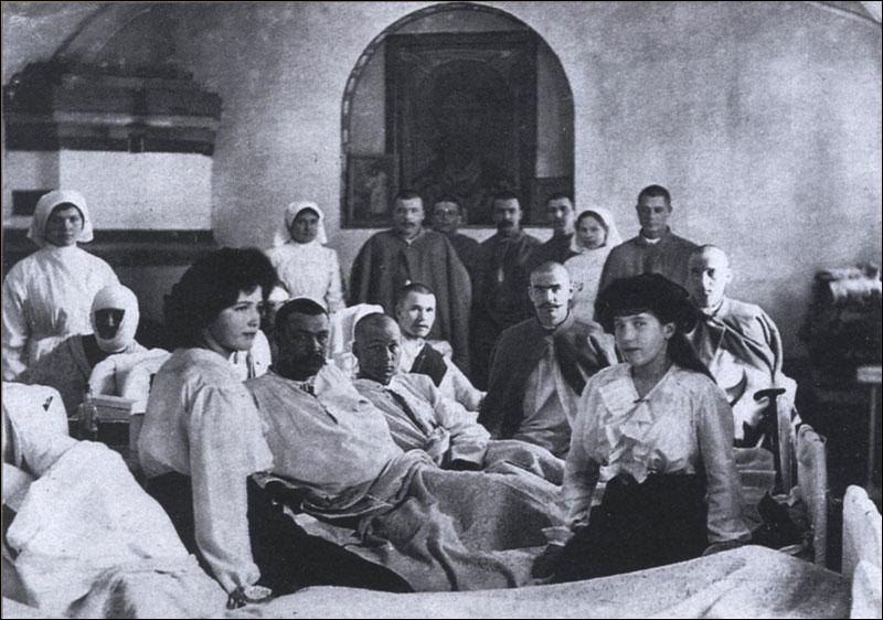 Мария (слева) и Анастасия (справа) в госпитале