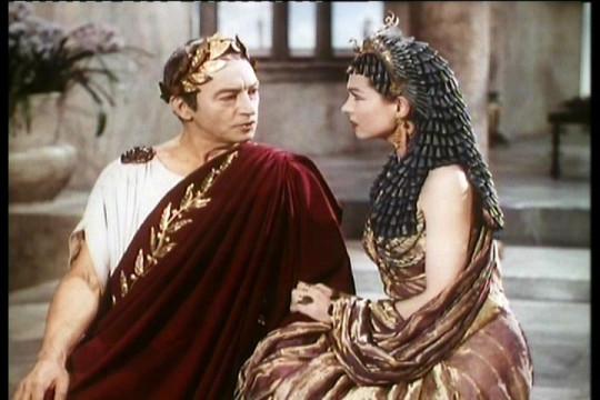 Цезарь и Клеопатра. Кадр из фильма 1945 года, источник - www.vokrug.tv.