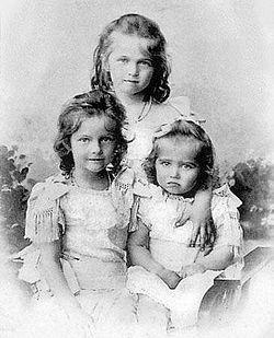 Старшие Великие княжны (слева направо: Татьяна, Ольга, Мария)
