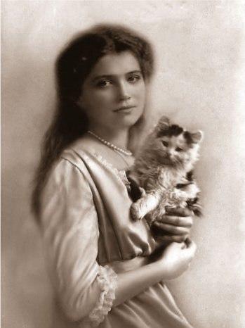 Мария с котёнком