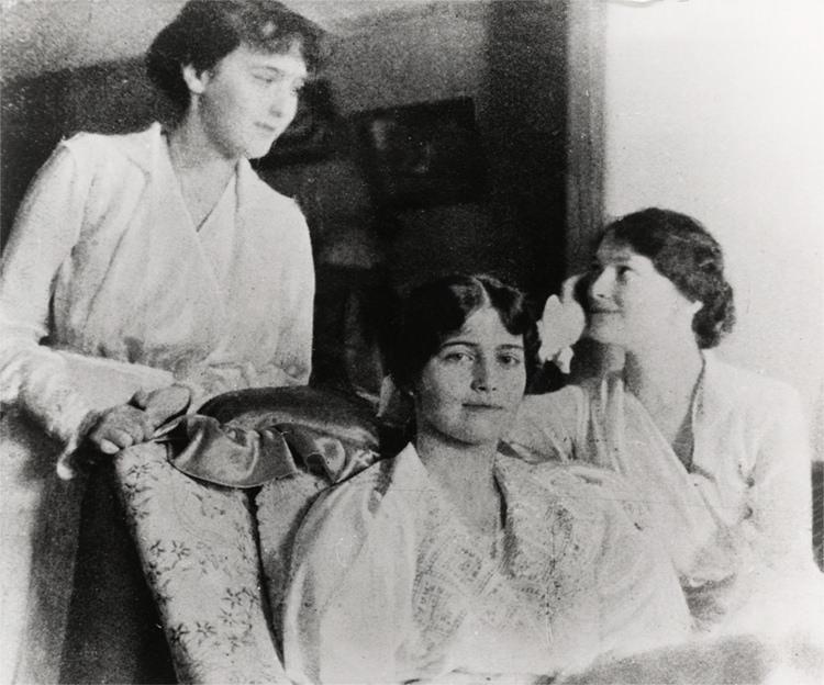 Великие княжны Анастасия, Мария и Татьяна под ароестом в Царском Селе, весна 1917
