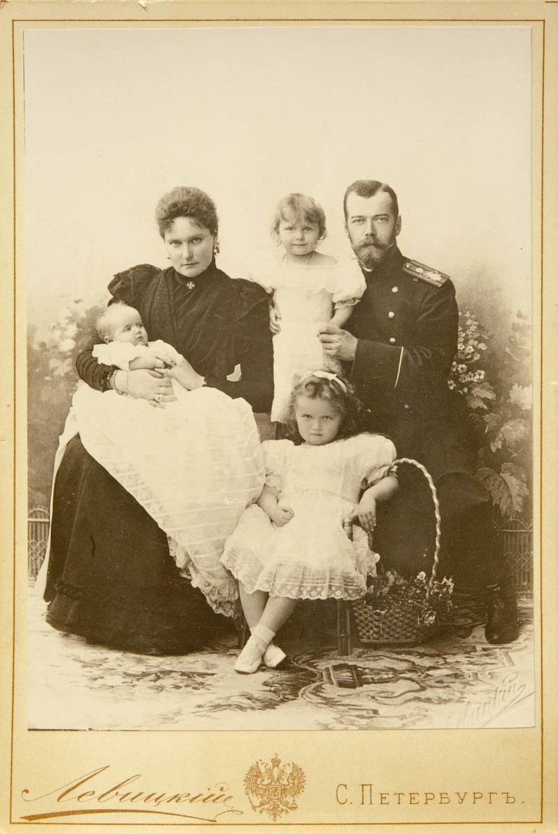 Император Николай, Императрица Александра, Великие княжны Ольга (перед отцом), Татьяна (на руках у отца) и Мария (на руках у матери)