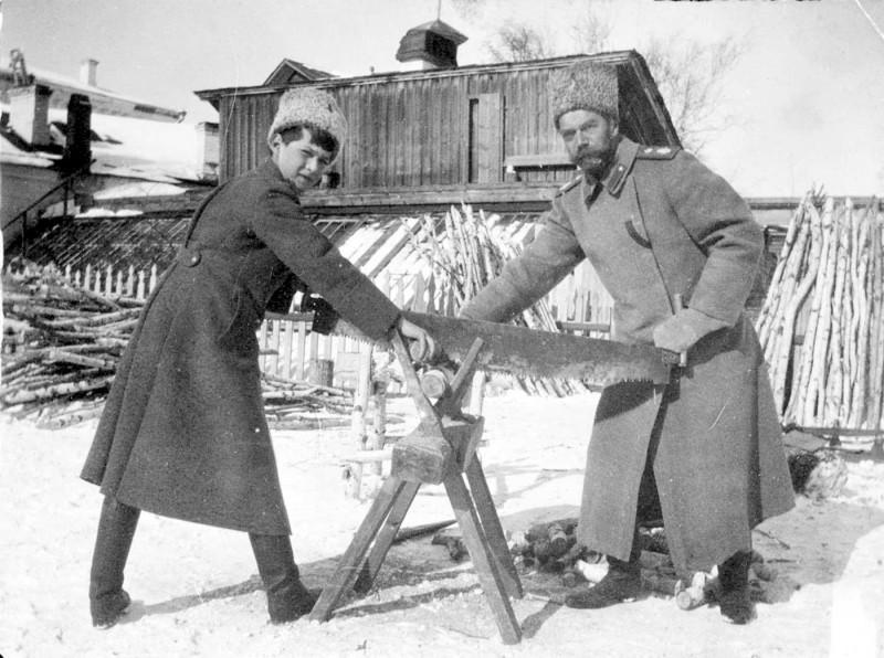 Цесаревич Алексей и Николай II пилят дрова, Зима 1917-1918 года, Тобольск.