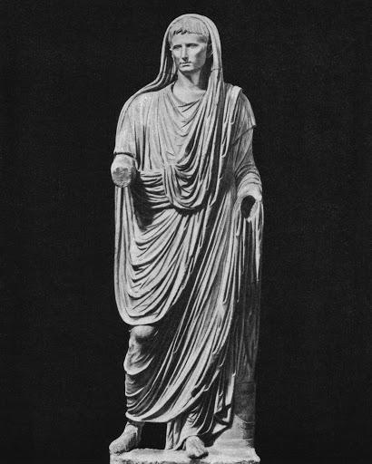 Октавиан Август в образе великого понтифика. На разных изображениях жрецов изображения длинных туник.