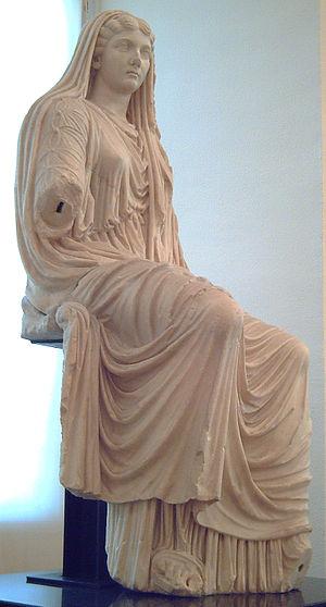 Ливия, жена Августа. Налицо и туника, и стола.