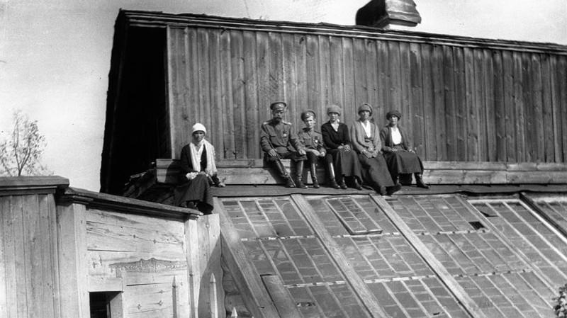 Романовы в Тобольске (слева направо: Ольга, Николай Александрович, Алексей, Мария, ТЬатьяна, Анастасия)