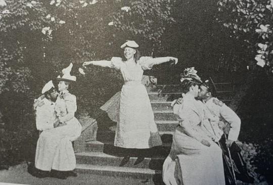 "Ольга с ""голубками"" - Сандро и Ксенией слева, Ники и Аликс справа. Ок. 1895."