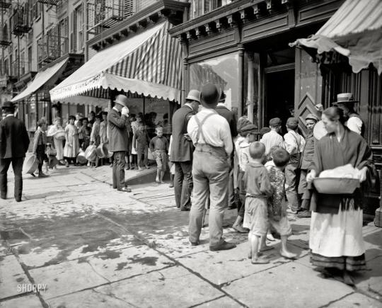 Очередь за бесплатным льдом во время особенно жарких дней. Нью-Йорк, 1909. Изображение с сайта fishki.net.