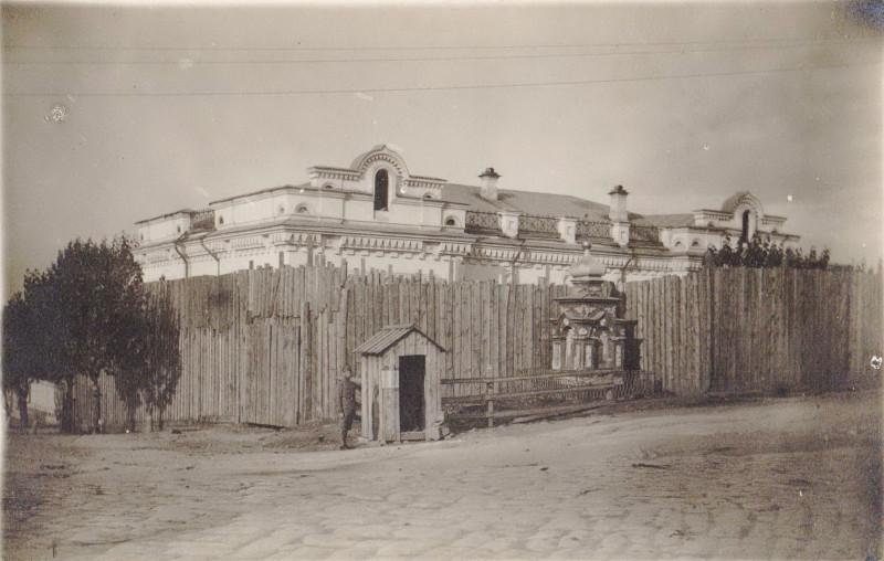 Дом Ипатьева во время нахождения в нем бывших монархов