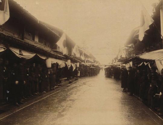 Люди на улице в Оцу. Изображение с сайта ru.wikipedia.org.