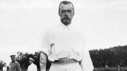 Во время пребывания в Нагасаки и Николай Александрович, и греческий принц Георг сделали татуировки. Фрагмент фото 1910-х годов.