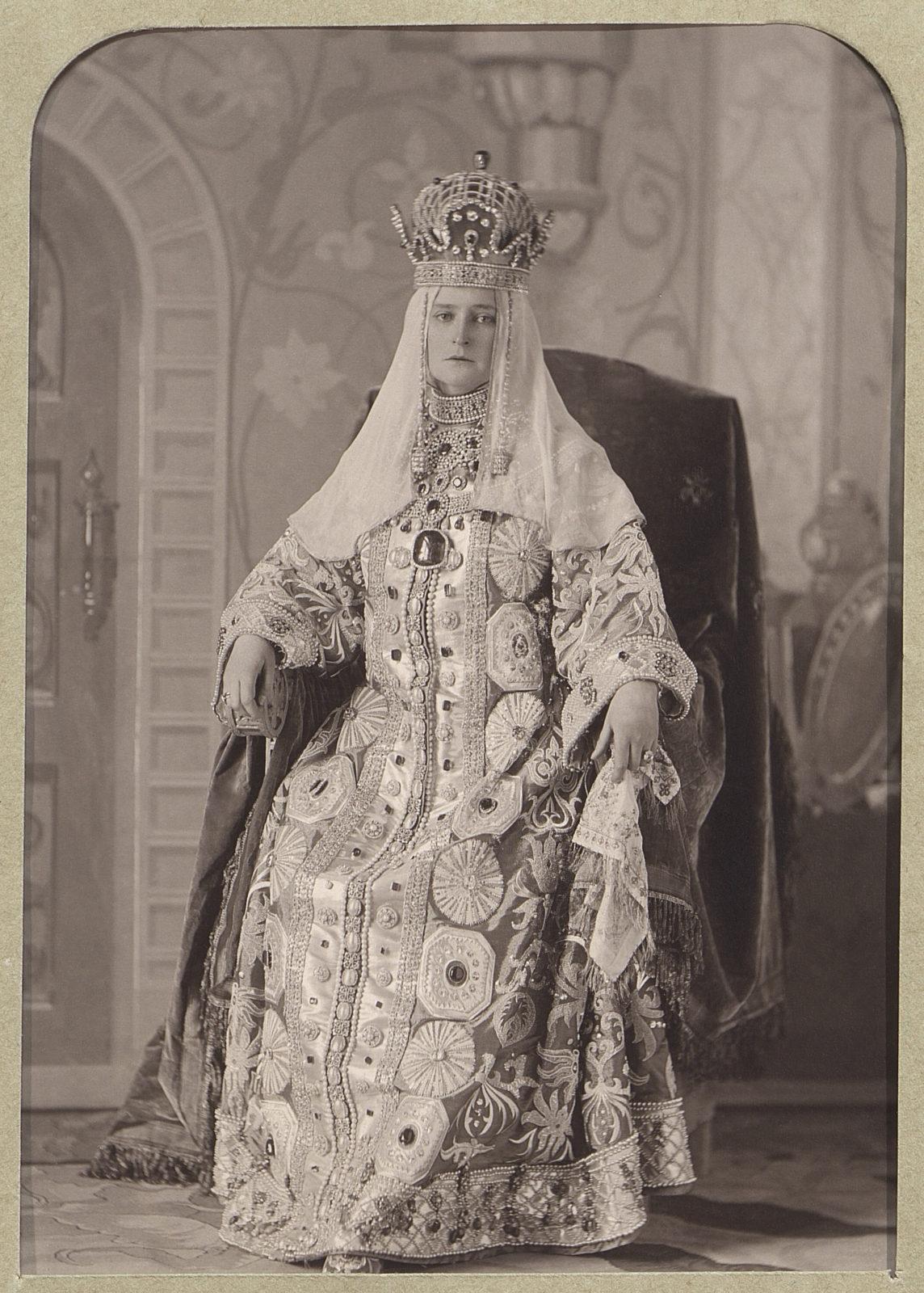 Александра Федоровна в костюме для бала в стиле времен Алексея Михайловича, 1903.