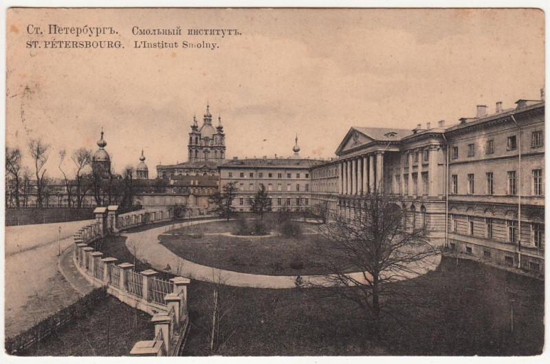 Вид Смольного института (справа) и Смольного собора (впереди).