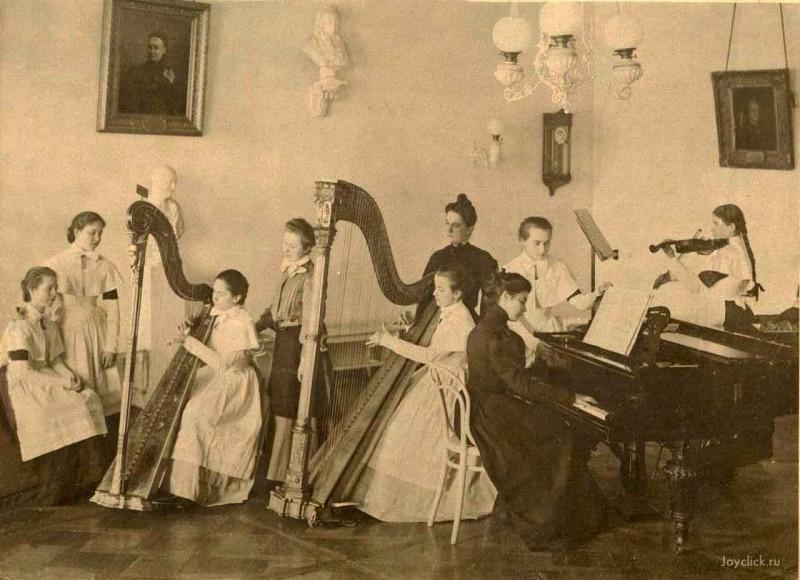 Урок музыки. Выпускной альбом Смольного, 1889.