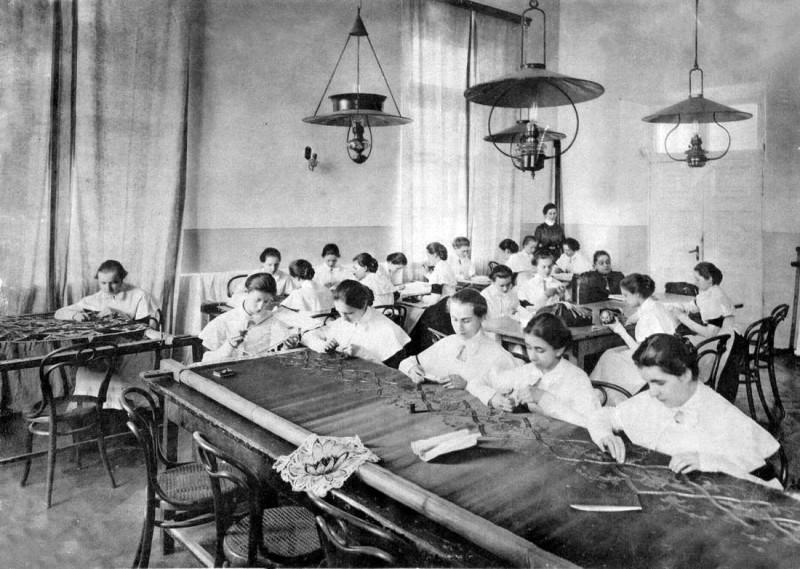 Урок рукоделия. Смольный институт, выпускной альбом 1889 года.