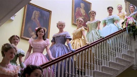 Насколько я поняла, это был бал дебютанток. Так вот, если мне не изменяет память, дебютантки танцевали в белом. Ладно Мег, с ее платьем вообще история интересная, но остальные?..