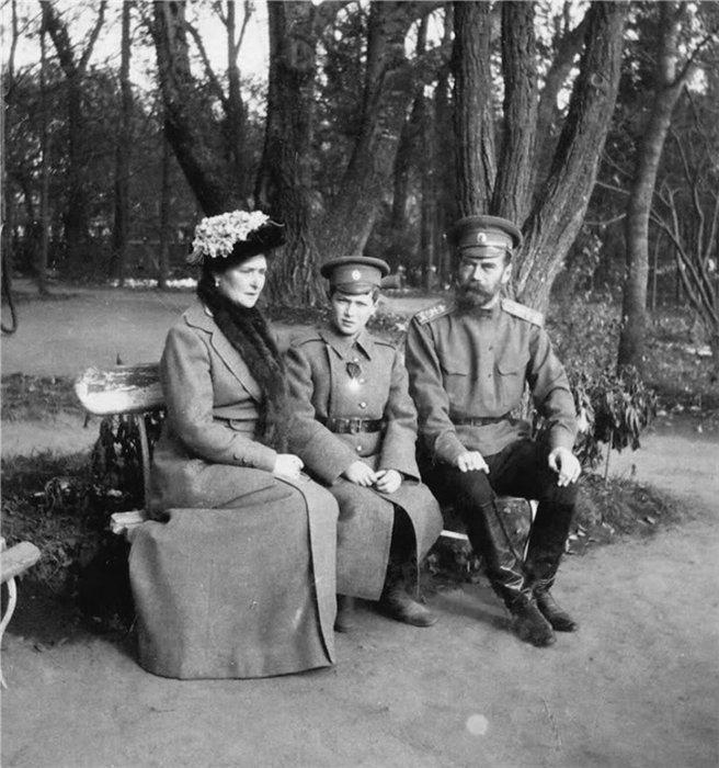Император, Императрица и Цесаревич в Царскосельском парке.