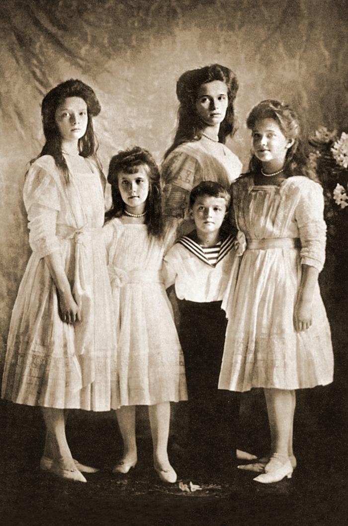 Великие княжны и Цесаревич Алексе (Слева направо: Татьяна, Анастасия, Алексей, Мария. Ольга стоит позади брата).
