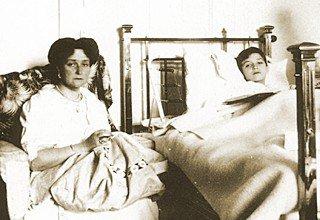 Александра Фёдоровна у кровати сына во время одного из его приступов гемофилии.