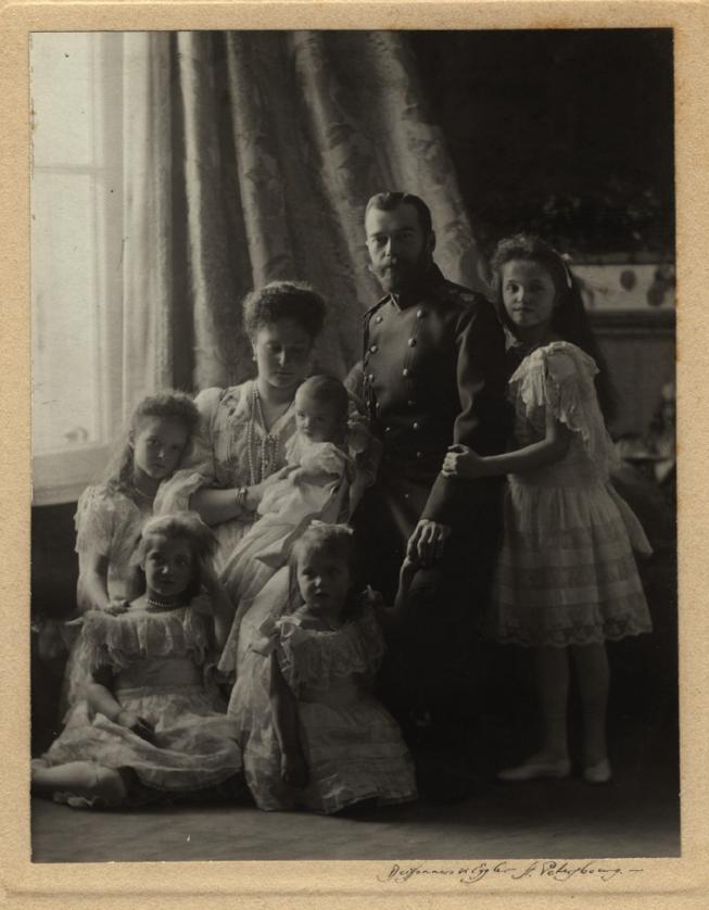 Императорская семья, 1904. Императрица Александра держит на руках сына.