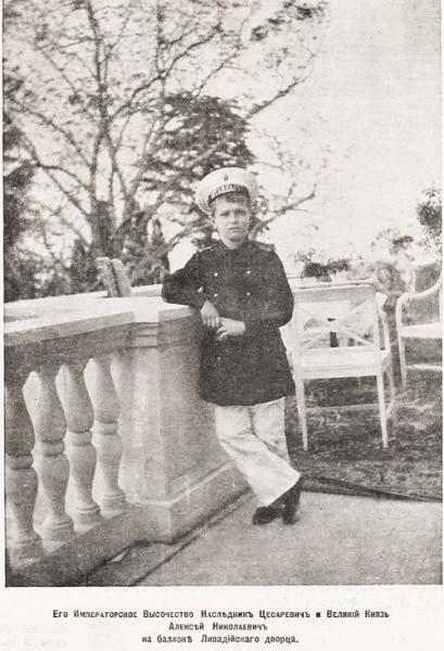 Подпись: Его Иператорское Высочество Наследник Цесаревич и Великий Князь Алексей Николаевич на балконе Ливадийского дворца.