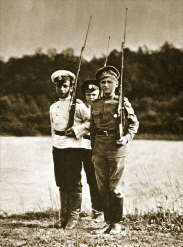 Алексей с друзьями-кадетами играют в солдатов, 1916 год.