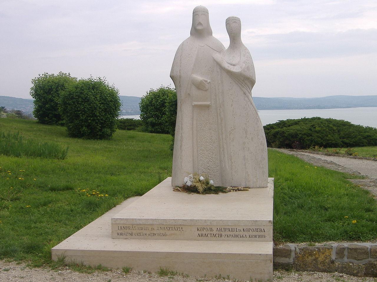 Памятник Андрашу и Анастасии Ярославне. ru.wikipedia.org.