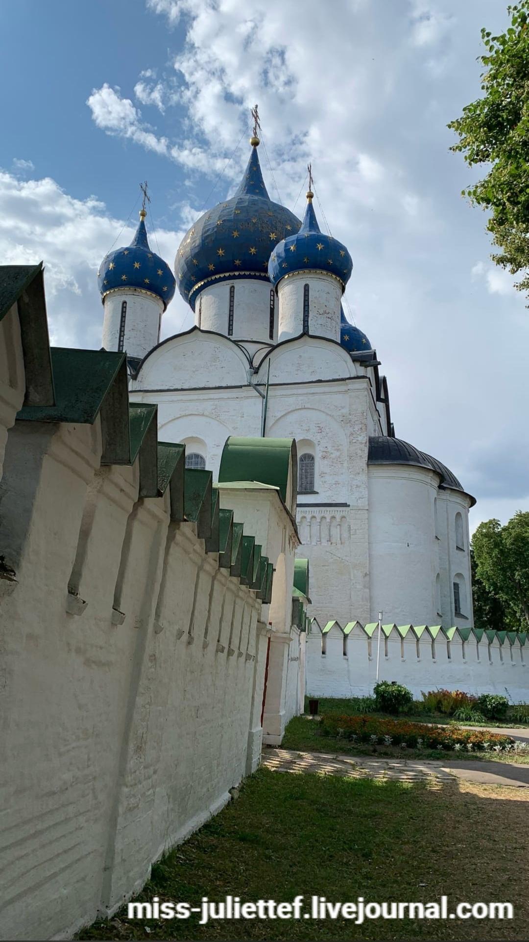 Собор Рождества Богородицы в Кремле и немножко его стены.