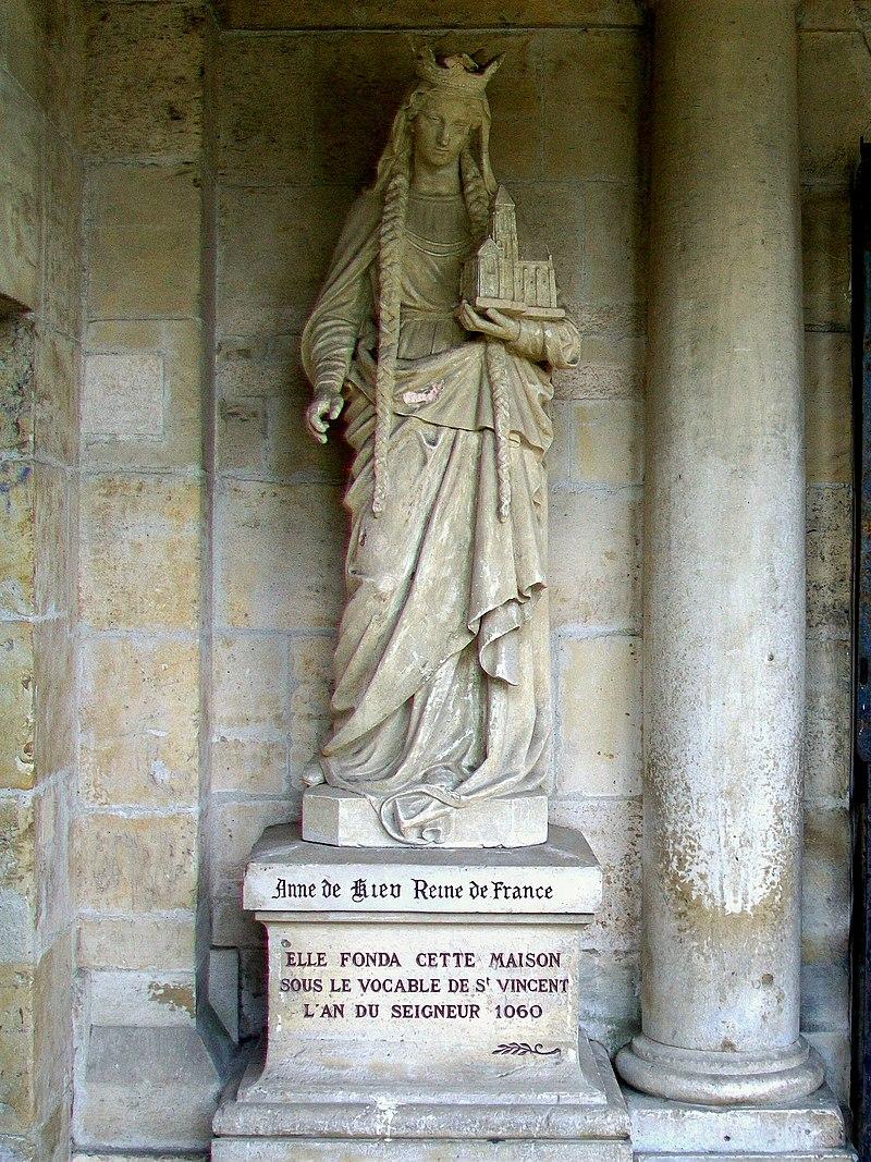 Еще немного Анны: это скульптура XVII века в Санлисе.