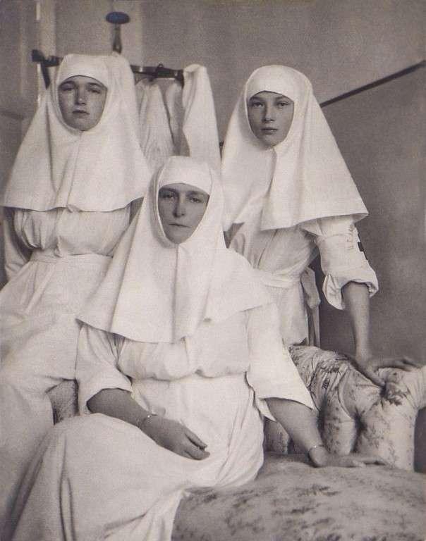 Ольга с младшей сестрой и матерью в Царскосельском госпитале.
