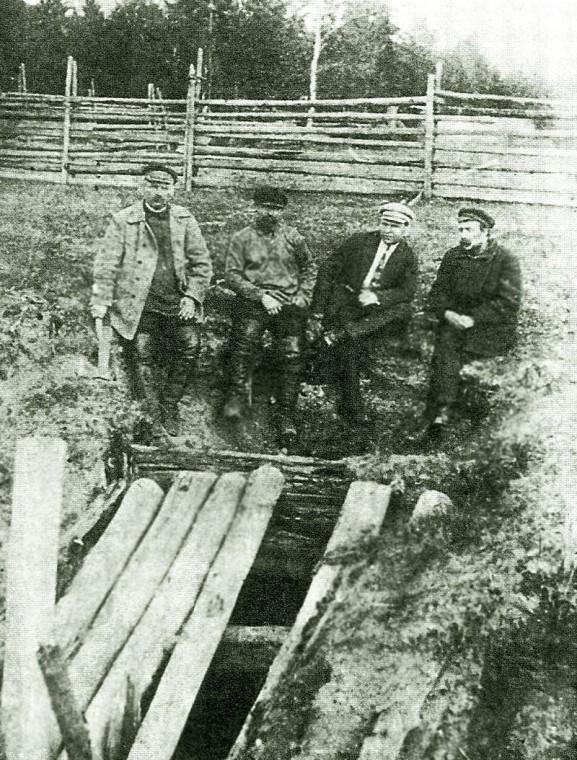 Шахта Новая Селимская, в которую были сброшены члены дома. 1918 год.