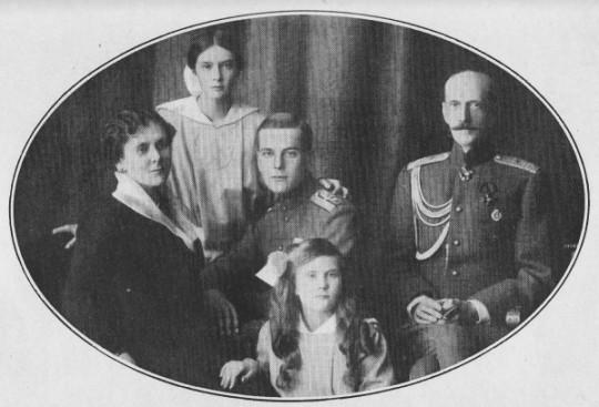 Последний снимок, на котром изображена вся семья.