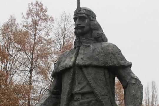 Памятник Владу Цепешу в Румынии, г. Джурджу.