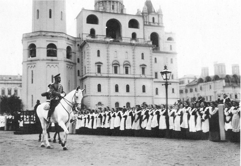 Император Николай II перед гимназистками. Предположительно 1900-е.