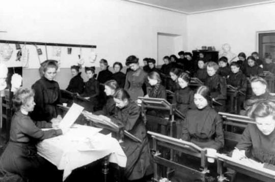 Гимназистки на уроке. Архивное фото.