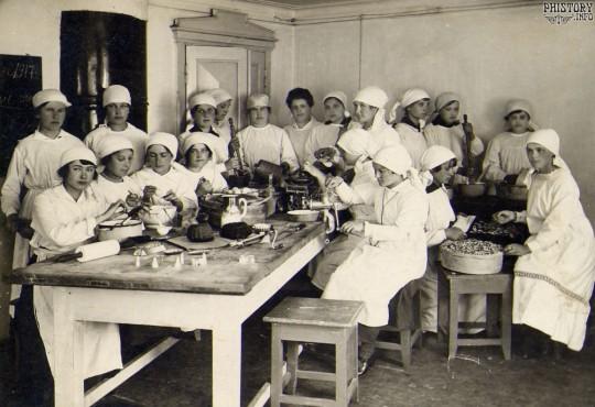 Урок домоводства. Город Кыштым, 1917. Фото с сайта photohistory.info