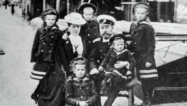 Николай II с женой и детьми. Приблизительно 1906-1907 год. (Слева направо: Татьяна, Александра Фёдоровна, Мария, Анастасия, Николай Александрович, Алексей, Ольга.)