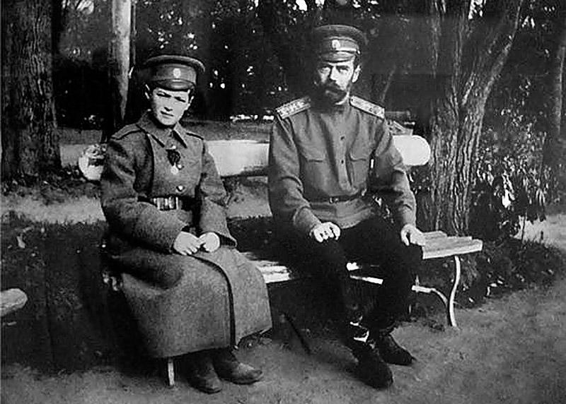 Николай II c сыном во время Первой мировой войны.