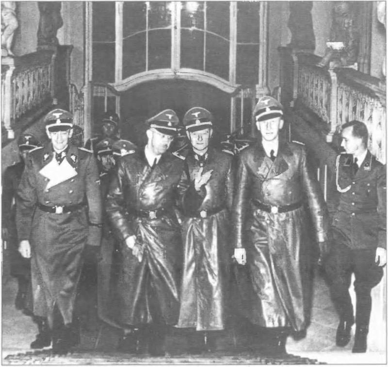 Генрих Гиммлер второй слева.