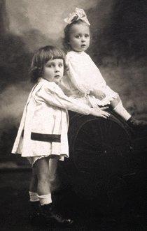 Кирилл (слева) с сестрой.