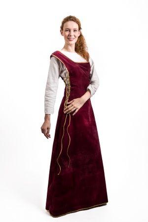 Современное платье-сюрко. Фото с сайта steel-mastery.com.
